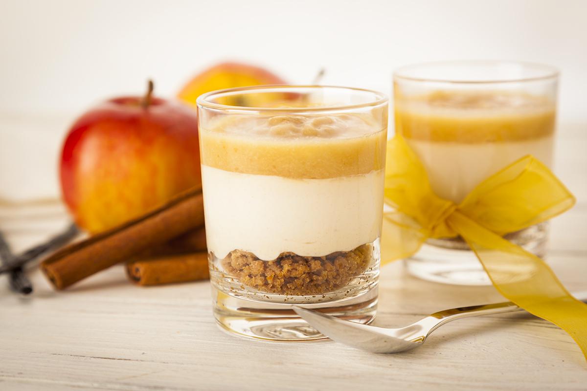Crumble di mele in bicchiere con biscotti delicati senza latte e uova