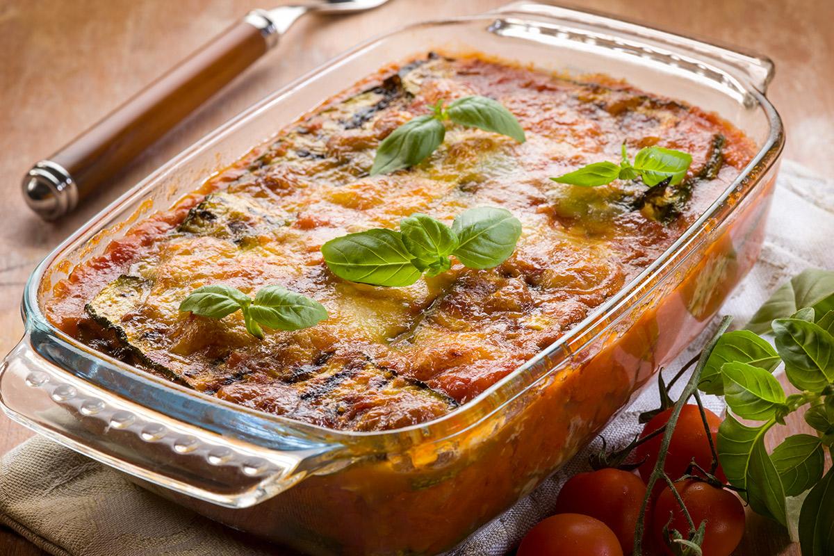 Parmigiana di pane con speck e zucchine